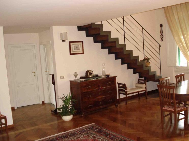 Soggiorno con scala per accedere al piano soppalco - Scala soggiorno ...